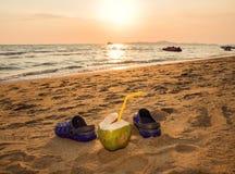 Coco y deslizadores en la playa Puesta del sol en la playa Fotografía de archivo libre de regalías