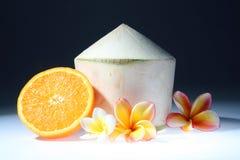 Coco y naranja con tres flores del thom del lan Fotos de archivo