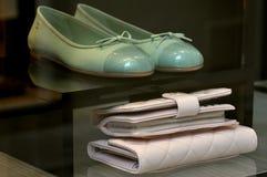 Cocoen Chanel danar shoppar i Italien Arkivfoto