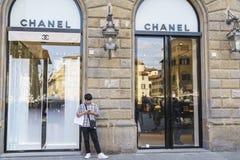 Cocoen Chanel danar shoppar i Italien Royaltyfri Fotografi