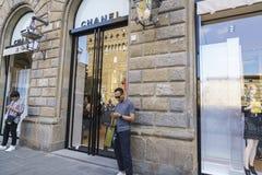 Cocoen Chanel danar shoppar i Italien Arkivbilder