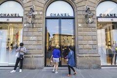 Cocoen Chanel danar shoppar i Italien Arkivfoton