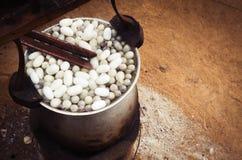 Cocon de ébullition de ver à soie dans le pot photographie stock libre de droits