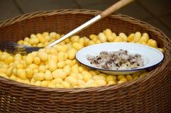 Cocon jaune sur le panier en bois Photos stock