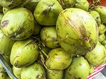Coconusverkoop op straatmarkt Royalty-vrije Stock Foto's
