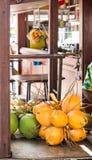 Cocos amarillos y verdes en mercado Foto de archivo libre de regalías