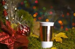 Cocos calientes con las decoraciones de la Navidad Imagen de archivo