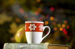 Cocos calientes con las decoraciones de la Navidad Foto de archivo