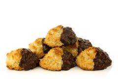 Cocos e bolinhos recentemente cozidos do chocolate Imagem de Stock