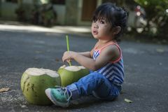 Cocos frescos e uma menina Fotografia de Stock Royalty Free