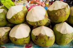 Cocos frescos en el mercado Fruta tropical fresca Imágenes de archivo libres de regalías