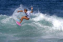 Cocos Ho, das in Haleiwa Hawaii surft stockfotografie