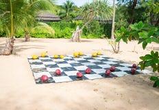 Cocos pintados usados como verificadores gigantes em uma praia tropical Imagens de Stock