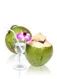 Cocos verdes con la trayectoria de recortes de la paja de beber Imágenes de archivo libres de regalías