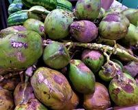 Cocos verdes y amarillos Fotos de archivo libres de regalías