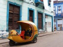 COCOTAXI I EN GATA I DEN GAMLA HAVANNACIGARREN, KUBA Arkivfoton