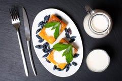 Cocotte en terre appétissante de fromage blanc avec les baies et la crème sure Photographie stock