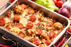 Cocotte en terre avec des boulettes de viande et des légumes de riz sur le backgroun en bois Photo stock