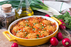 Cocotte en terre avec des légumes et des boulettes de viande Photo stock