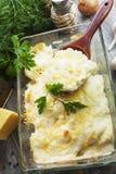 Cocotte en terre avec des poissons et des pommes de terre photographie stock