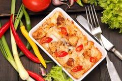 Cocotte en terre avec des poivrons de poulet et de piment Images libres de droits