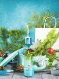 Cocotte en terre avec les branches et les décorations impeccables de Noël photos stock