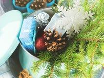 Cocotte en terre avec les branches, les cadeaux et la décoration impeccables de Noël photos libres de droits