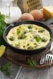 Cocotte en terre avec les choux et le fromage de bruxelles Photo stock