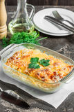 Cocotte en terre avec les pommes de terre, le fromage, la pomme verte fraîche et le citron Image stock