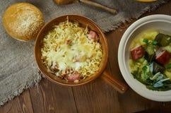 Cocotte en terre bavaroise de choucroute Image stock