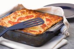 Cocotte en terre cuite au four de lasagne images libres de droits