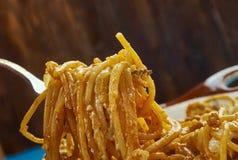 Cocotte en terre cuite au four de spaghetti de fromage fondu Photos libres de droits