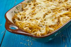 Cocotte en terre cuite au four de spaghetti de fromage fondu Photos stock