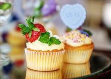 Cocotte en terre délicieuse avec des fraises L'inscription est amour Photo stock