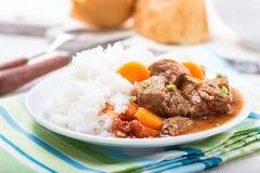 Cocotte en terre de boeuf et de légume servie avec du riz Images stock