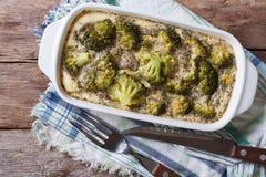 Cocotte en terre de brocoli avec la vue supérieure horizontale de fromage et d'oeufs Photographie stock