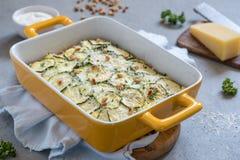 Cocotte en terre de courgette avec du fromage Photos stock