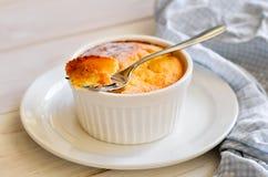 Cocotte en terre de fromage blanc Images stock