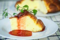 Cocotte en terre de fromage blanc Photographie stock libre de droits