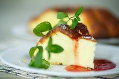 Cocotte en terre de fromage blanc Photographie stock