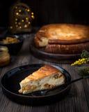 Cocotte en terre de fromage blanc avec des raisins secs photos libres de droits