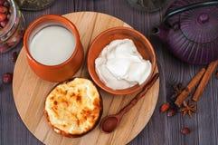 Cocotte en terre de fromage blanc avec la crème sure Images stock