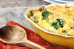 Cocotte en terre de fromage de broccoli Photos stock