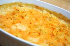 Cocotte en terre de fromage de nouille Photo libre de droits