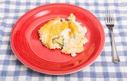 Cocotte en terre de fromage de poulet et de brocoli de plat rouge Photo libre de droits