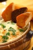 Cocotte en terre de fromage et de pommes de terre Images stock