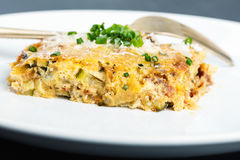 Cocotte en terre de légumes avec du fromage et la ciboulette Photos stock