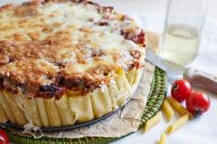 Cocotte en terre de macaronis avec du fromage Photos libres de droits