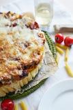 Cocotte en terre de macaronis avec du fromage Photo libre de droits