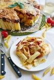 Cocotte en terre de macaronis avec du fromage Image libre de droits